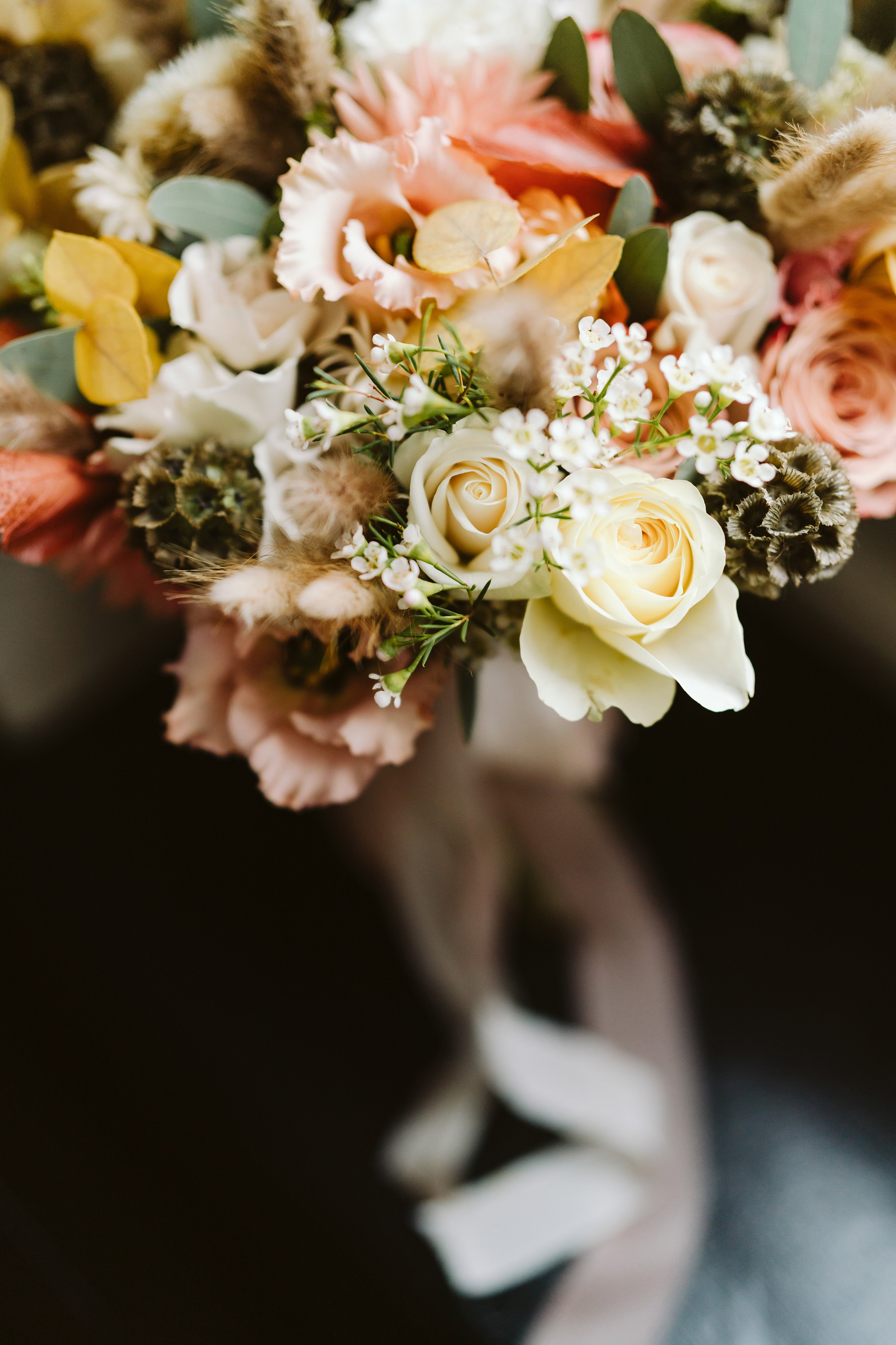 Autumn wedding bouquet which has a summer feeling. Pink and white roses and a pretty ribbon